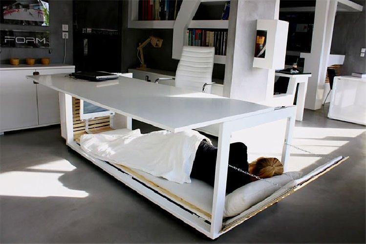 https://www.ragusanews.com//immagini_articoli/16-11-2018/vuoi-dormire-ufficio-scrivania-diventa-letto-500.jpg