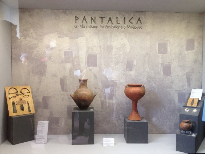 http://www.ragusanews.com//immagini_articoli/16-12-2017/antiquarium-sortino-inaugurata-mostra-reperti-archeologici-500.jpg