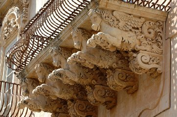 http://www.ragusanews.com//immagini_articoli/16-12-2017/bapr-edita-calendario-tavolo-mensole-balconi-240.jpg