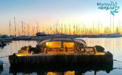http://www.ragusanews.com//immagini_articoli/16-12-2017/marina-ragusa-allestito-presepe-galleggiante-240.jpg