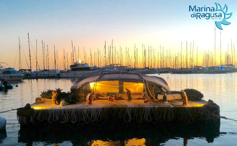 http://www.ragusanews.com//immagini_articoli/16-12-2017/marina-ragusa-allestito-presepe-galleggiante-500.jpg