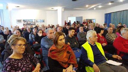 https://www.ragusanews.com//immagini_articoli/16-12-2018/azionisti-banca-agricola-ragusa-assemblea-comiso-240.jpg