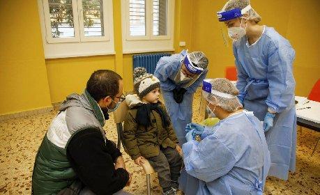 https://www.ragusanews.com//immagini_articoli/16-12-2020/v-day-in-arrivo-ma-non-ci-sono-dosi-per-tutti-le-tappe-della-vaccinazione-280.jpg