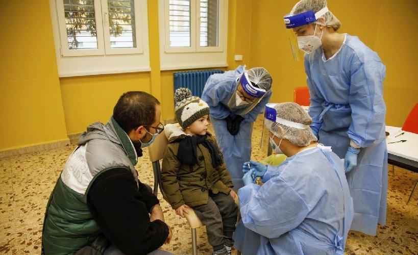 https://www.ragusanews.com//immagini_articoli/16-12-2020/v-day-in-arrivo-ma-non-ci-sono-dosi-per-tutti-le-tappe-della-vaccinazione-500.jpg