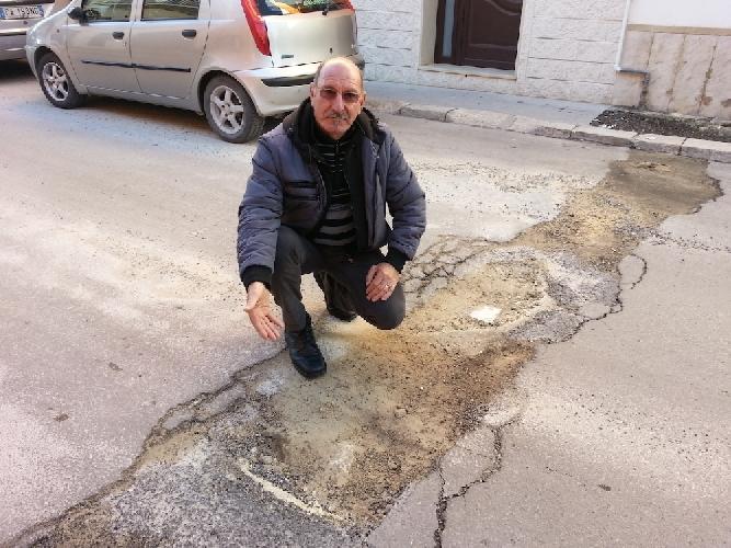 http://www.ragusanews.com//immagini_articoli/17-01-2014/la-protesta-dei-residenti-di-via-senia-a-vittoria-500.jpg