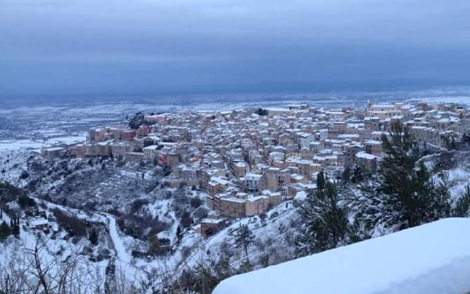 http://www.ragusanews.com//immagini_articoli/17-01-2017/neve-imbianca-chiaramonte-maltempo-almeno-fino-domani-420.jpg