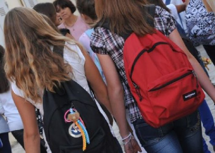 https://www.ragusanews.com//immagini_articoli/17-01-2018/chiaramonte-bidello-molestava-studenti-scuola-alberghiera-denunciato-500.jpg