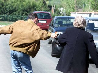 http://www.ragusanews.com//immagini_articoli/17-01-2018/santa-croce-anziana-palpeggiata-strattonata-scipparle-borsa-240.jpg