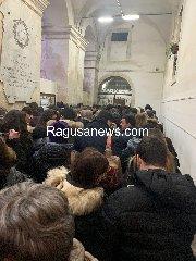 https://www.ragusanews.com//immagini_articoli/17-01-2019/fila-alberto-angela-interviene-polizia-240.jpg