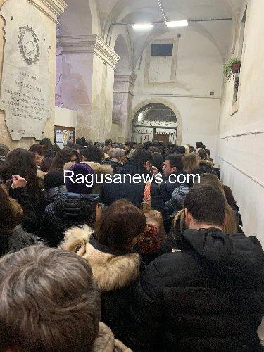 https://www.ragusanews.com//immagini_articoli/17-01-2019/fila-alberto-angela-interviene-polizia-500.jpg