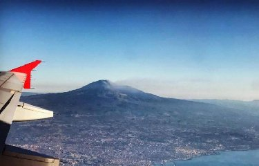 https://www.ragusanews.com//immagini_articoli/17-02-2019/etna-eruzione-chiuso-spazio-aereo-catania-240.jpg