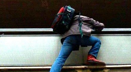 https://www.ragusanews.com//immagini_articoli/17-02-2020/ladro-acrobata-scappa-durante-furto-e-piove-su-telone-di-un-locale-240.jpg