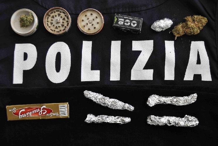 http://www.ragusanews.com//immagini_articoli/17-03-2014/droga-a-vittoria-presi-un-diciottenne-e-un-minorenne-500.jpg