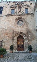 https://www.ragusanews.com//immagini_articoli/17-03-2018/modica-apre-portale-gotico-laterale-chiesa-carmine-240.jpg