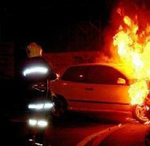 https://www.ragusanews.com//immagini_articoli/17-03-2018/modica-incendiate-auto-viale-quasimodo-500.jpg