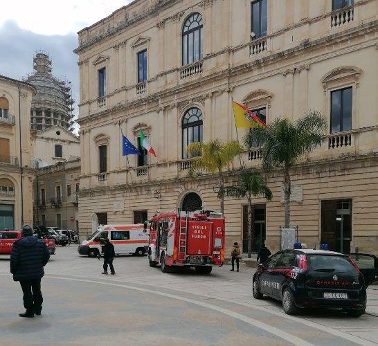 https://www.ragusanews.com//immagini_articoli/17-03-2021/comiso-tunisino-minaccia-di-darsi-fuoco-davanti-al-comune-500.jpg