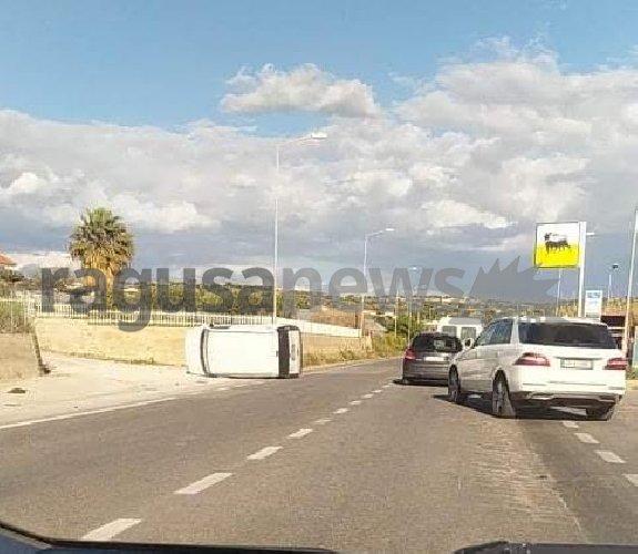 https://www.ragusanews.com//immagini_articoli/17-03-2021/incidente-sulla-scicli-donnalucata-auto-cappotta-500.jpg