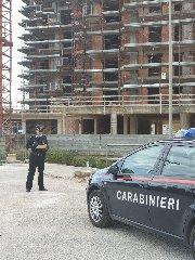 https://www.ragusanews.com//immagini_articoli/17-04-2019/i-carabinieri-ispezionano-i-cantieri-edili-sorda-240.jpg