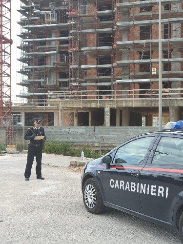 https://www.ragusanews.com//immagini_articoli/17-04-2019/i-carabinieri-ispezionano-i-cantieri-edili-sorda-500.jpg