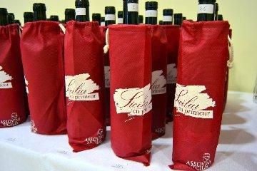 https://www.ragusanews.com//immagini_articoli/17-04-2019/vino-sicilia-en-primeur-a-siracusa-240.jpg