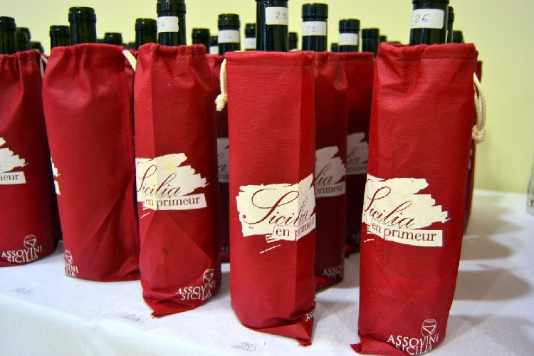 https://www.ragusanews.com//immagini_articoli/17-04-2019/vino-sicilia-en-primeur-a-siracusa-500.jpg
