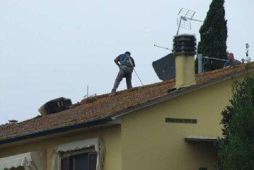 https://www.ragusanews.com//immagini_articoli/17-04-2019/vittoria-cade-tetto-di-casa-e-grave-240.jpg