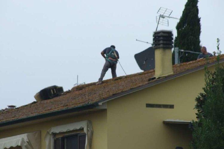 https://www.ragusanews.com//immagini_articoli/17-04-2019/vittoria-cade-tetto-di-casa-e-grave-500.jpg
