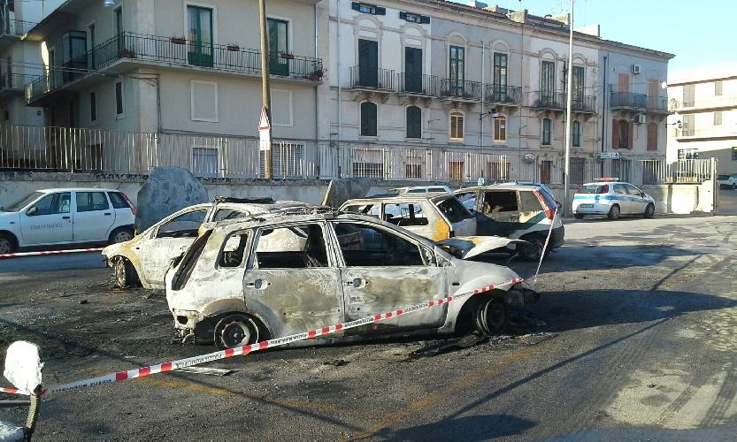 http://www.ragusanews.com//immagini_articoli/17-05-2016/incendiate-quattro-auto-della-polizia-municipale-500.jpg