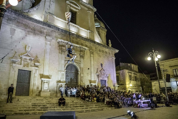 http://www.ragusanews.com//immagini_articoli/17-05-2017/vittoria-chiude-festival-scenica-500.jpg