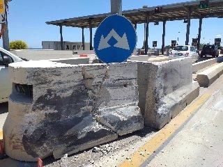 https://www.ragusanews.com//immagini_articoli/17-05-2019/incidente-al-casello-di-cassibile-sara-abbattuto-240.jpg