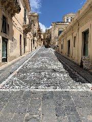 https://www.ragusanews.com//immagini_articoli/17-05-2019/noto-questa-strada-diventera-un-tappeto-di-fiori-240.jpg