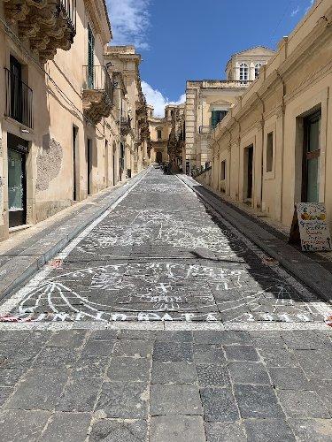 https://www.ragusanews.com//immagini_articoli/17-05-2019/noto-questa-strada-diventera-un-tappeto-di-fiori-500.jpg