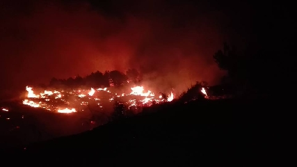http://www.ragusanews.com//immagini_articoli/17-06-2016/notte-di-incendi-a-monte-casasia-e-a-ragoleto-240.jpg