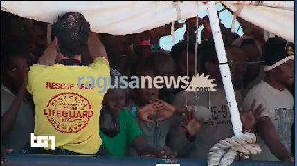 http://www.ragusanews.com//immagini_articoli/17-06-2017/migranti-arrivano-pozzallo-cantano-240.png