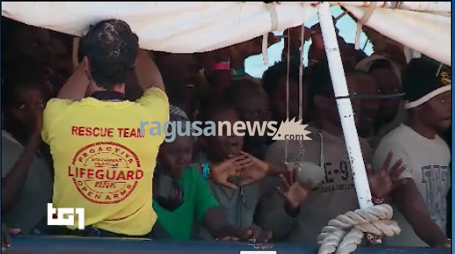 https://www.ragusanews.com//immagini_articoli/17-06-2017/migranti-arrivano-pozzallo-cantano-500.png