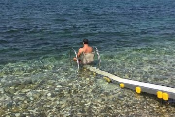 https://www.ragusanews.com//immagini_articoli/17-06-2019/a-marina-di-modica-e-maganuco-scivoli-in-acqua-per-disabili-240.jpg