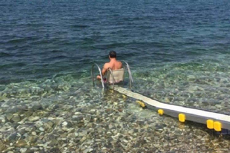 https://www.ragusanews.com//immagini_articoli/17-06-2019/a-marina-di-modica-e-maganuco-scivoli-in-acqua-per-disabili-500.jpg