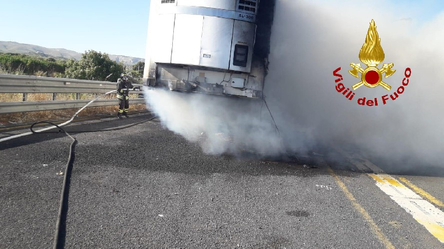 https://www.ragusanews.com//immagini_articoli/17-06-2020/va-a-fuoco-un-rimorchio-sull-autostrada-noto-rosolini-500.jpg
