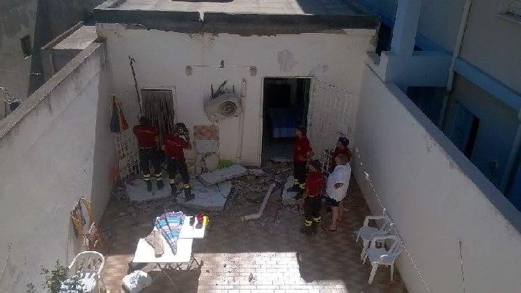 http://www.ragusanews.com//immagini_articoli/17-07-2016/crolla-un-balcone-a-scoglitti-ferita-una-donna-420.jpg