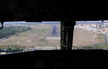 https://www.ragusanews.com//immagini_articoli/17-07-2018/aeroporto-catania-chiuso-poco-voli-dirottati-240.jpg