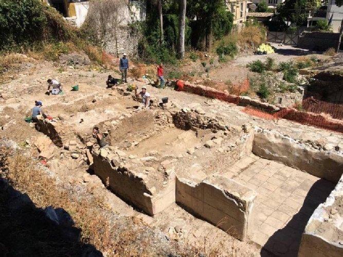 https://www.ragusanews.com//immagini_articoli/17-07-2018/archeologia-ville-romane-rinvenute-taormina-500.jpg