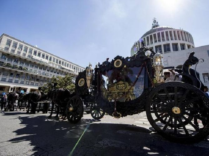 https://www.ragusanews.com//immagini_articoli/17-07-2018/funerale-carro-funebre-toto-arrestati-casamonica-500.jpg