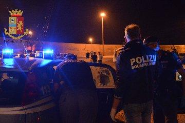https://www.ragusanews.com//immagini_articoli/17-07-2018/pozzallo-catturati-scafisti-comandante-migranti-soccorsi-240.jpg