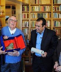 https://www.ragusanews.com//immagini_articoli/17-07-2019/il-sindaco-di-scicli-camilleri-e-la-sicilia-240.jpg