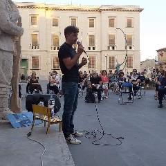 https://www.ragusanews.com//immagini_articoli/17-07-2020/michele-riondino-in-vacanza-a-ragusa-omaggia-camilleri-240.jpg