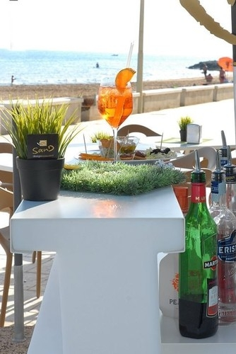 https://www.ragusanews.com//immagini_articoli/17-08-2014/a-cena-davanti-al-mare-di-montalbano-500.jpg