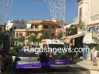 http://www.ragusanews.com//immagini_articoli/17-08-2017/sosta-selvaggia-ambulanza-bloccata-centro-marina-video-240.jpg