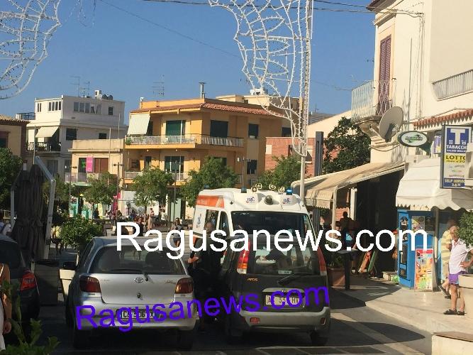 http://www.ragusanews.com//immagini_articoli/17-08-2017/sosta-selvaggia-ambulanza-bloccata-centro-marina-video-500.jpg