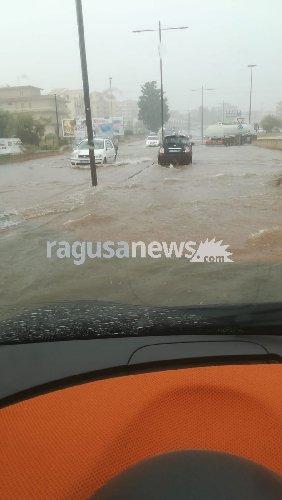 https://www.ragusanews.com//immagini_articoli/17-08-2018/bomba-acqua-modica-agosto-500.jpg