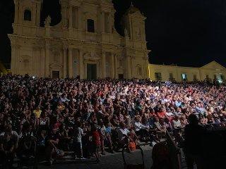 https://www.ragusanews.com//immagini_articoli/17-08-2019/1566072593-max-gazze-mia-mamma-e-di-catania-papa-e-di-scicli-video-1-240.jpg